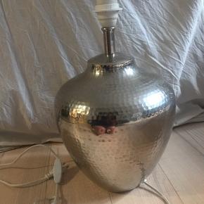 """Super fin sølv """"hammerslået"""" bordlampe. Meget dekorativ."""