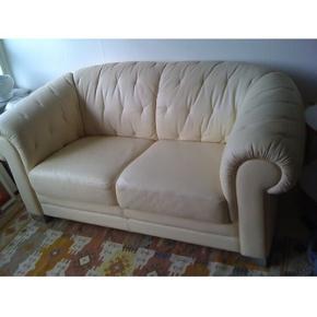 Skøn skøn italiensk 2 pers. sofa. Helt igennem topkvalitet med dunfyld og tyk lækker læderkvalitet. Læderet er blødt og føles varmt. Denne cremefarvet sofa sælges grundet pladsmangel. Den fremstår flot uden fejl og mangler. Den er siddet i- og derfor bærer hynder lidt præg af det.
