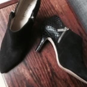 Varetype: Heels Størrelse: 37.5 Farve: Sort Kvittering haves.  Smukke sko i ruskind og krokkedilleskind i sort fra Michael Kors. Hælhøjde 8 cm.  Bytter desværre ik.