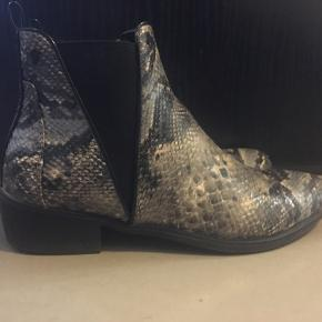 Sælger disse støvler med slangeskindsmønster.  Fra mærket YoungSpirit.  Brugt 2 gange 💫