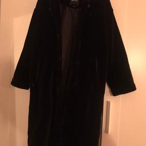 """Flot lang sort """"pels"""" sælges. I pæn stand, brugt meget lidt. BYD gerne :)"""
