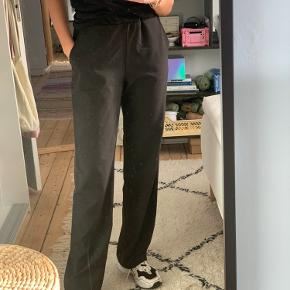 Sælger disse lange, løse bukser fra Tiffany som minder meget om Samsøe Samsøes Hoys bukser. Det er super behagelige at have på, samtidig med at de er pæne!