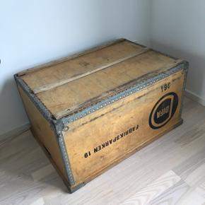 Fed industri vintage trækasse - kan bruges som opbevaring eller vendes om og bruges som bord. Længde: 68 cm Bredde: 48 cm Højde: 37 cm  Kan afhentes i Århus V, Hasle