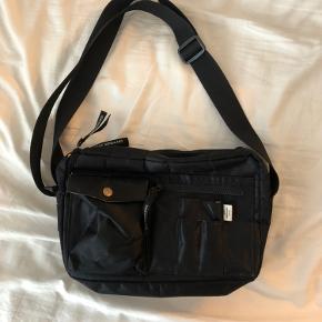 Mads Nørgaard taske, sort. Meget rumlig. Byd