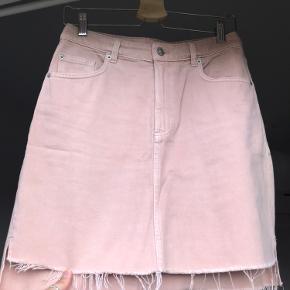 Fin lyserød denim nederdel fra H&M.