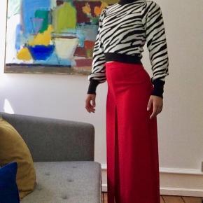 Røde flowy bukser, passer s-m. Inderste lag er alm bukser, udenpå er der hvad man næsten kan kalde opsprættede bukseben. De er vildt fine og elegante , ikke gennemsigtige.   haves også i sorte, hvis det er