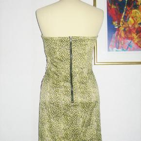 """100 % NY: Superflot korsagekjole i to slags satinagtig stof. Der er syet """"diamanter"""" på langs halskanten. Korsagestivere syet ind i siden af kjolen. Lynlås i siden og foroven er der indvendig syet et anti-skrid-bånd, så overdelen bliver hvor den skal være. Materialet er 53 % polyester, 44 % cotton + 3 % elastan.  Brystvidde: 43 cm x 2 + elastan Livvidde: 35 cm x 2 + elastan Hoftevidde: 48 cm x 2 + elastan Længde målt fra under armhulen og til nederste kant: 63 cm.  Ingen byt, og prisen er fast"""