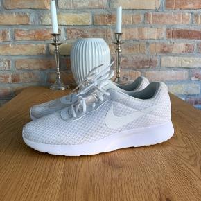 Der er spildt noget på den ene sko (kan vaskes af!) sælges til mindstepris 150kr.
