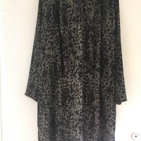 Super flot kimono str. 36 fra Gina Tricot sælges. Længde 97 cm. Da den var meget lang har jeg klippet lidt af længden, så kant har et råt look. Se også mine andre spændende annoncer.
