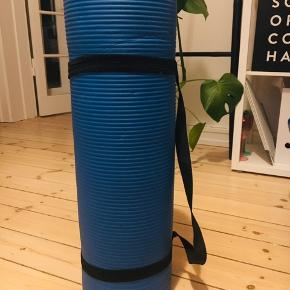 Lækker blød yogamåtte med elastisk bæresele til transport.  Er ikke blevet brugt så meget, men bæreselen er lidt løs i elastikken.  Selve måtten er meget slidstærk.  Skriv endelig, hvis du har spørgsmål 🙏🏼❤️🧘🏻♀️