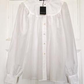 Fin Viola shirt fra Graumann i 75% bomuld og 30% silke . Aldrig brugt og stadig med tags. Nypris: 1350. Brystmål: 59 cm fra armhule til armhule , dvs 118 cm i omkreds. Længde: 69 cm fra nakken og ned. Søgeord: hvid skjorte bluse langærmet White cotton silk .