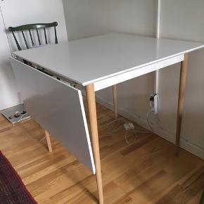 Fint bord fra MyHome Møbler i Tilst. Har en tillægsplade, som kan tages af bordet. Har en mindre rids på bordpladen- se foto. Nypris: 1000kr. 2 år gammelt.