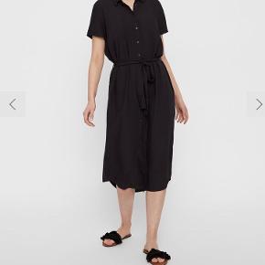 Pieces skjorte midi kjole med knapper og bånd i taljen. Brugt en gang men fejler intet er vasket. Sælges da den ikke klæder mig. Er størrelsessvarende. Np 280kr Obs billederne er fra nettet