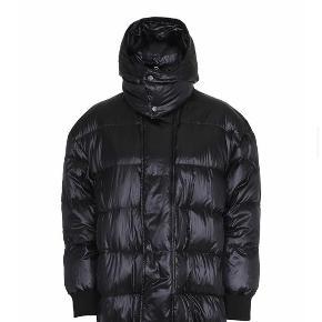 Smuk varm jakke fra custommade, så fin stand! Minimal fnuller på fleece ved lynlås(ikke synligt). Jakken er brugt 1 vinter, uden tegn på slid. Mega lækker jakke som kan lynes op i siden passe s-m
