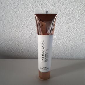The body shop Glow Enhancer Teint Lumiére 25 ml.  Byd.  Hentes i Roskilde eller sender med DAO mod betaling af fragt.