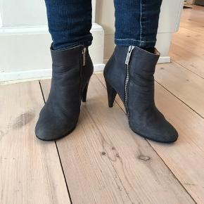 Fine ankelstøvler i mørk blå/grå.