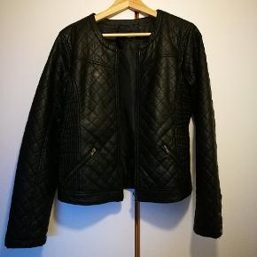 Rigtig fin PU jakke i lækkert læder look. Har kun været brugt få gange, så fremstår derfor i rigtig god stand. Sender med DAO - 38 kr.