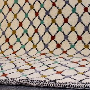 Håndknyttet tykt beni ouarain tæppe fra Marokko. Har aldrig været brugt. Måler 250 x 165 cm. Kan afhentes eller sendes med GLS