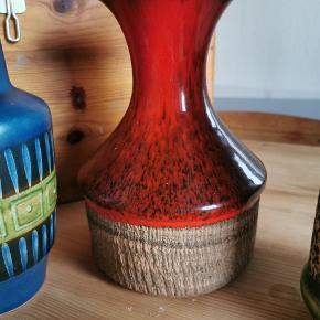 Flot orange/rød retro vase. God størrelse. Flot glassur. Ingen skår, kun alm. slid/brugsspor.