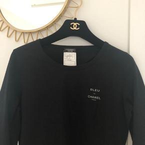 Fantastisk Chanel uniform bluse som bæres af deres personale. Passes af henholdsvis en str. S og M.