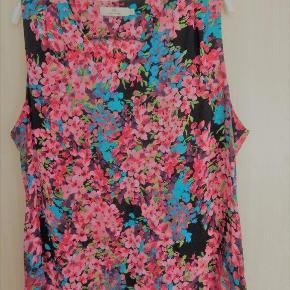 Charlotte Sparre Top Bluse XXL, sort med blomsterprint, 100% silke, nypris kr 999