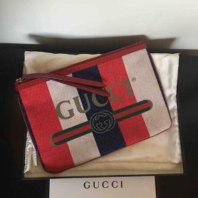 Gucci Clutch i perfekt stand, alt medfølger.  29,5 x 20 cm