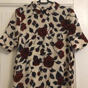 Fin t-shirt/skjorte fra Ganni i 100% silke