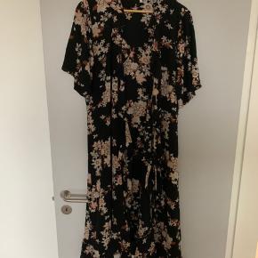 Slå-om-kjole fra Second Female. Passer også Large. Brugt en gang