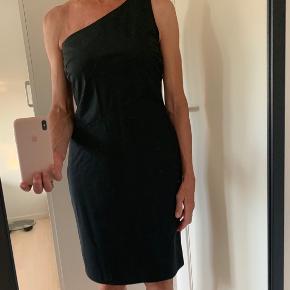 Fin sort kjole fra Boss, kun brugt 1 gang.
