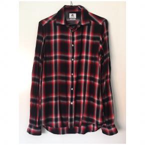 Sælger denne slim fit Paul Smith skjorte for min kæreste i str s. Skjorten er brugt en gang og står som ny. Ny pris var ca 1800,-. Skjorten er i 100% viskose. Ingen textille dele fra dyr.