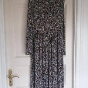 Super smuk Stine Goya kjole. Modellen hedder light jersey Clarabelle posey Dots.  Brugt 4 gange. I venstre side ved overskæring en er der et lille område ca på størrelse med en 5 krone, hvor stoffet føles lidt nupret. Jeg har sat billede på. Det er i området  lige ude for min finger. Jeg har også sat et billede på, hvor jeg har markeret med en orange prik hvor på kjolen det er.