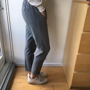 Varetype: Bukser Farve: Grå  Super finde habitbukser str. XS fra Zara med elastik i taljen sælges - se også mine andre spændende annoncer, da jeg sælger ud af klædeskabet 🌸☀️🌸
