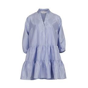 Fejlkøb. Aldrig brugt. Købt i oktober 19 så kan desværre ikke returnere. Den smukke blå farve er udgået. Det er en oversize kjole. Så en XL kan også passe den. Underkjolen medfølger selvfølgelig. Min pris er fast.