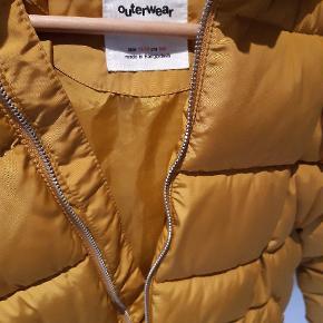 Smuk varm vinterjakke i karrygul fra Zara. Byd