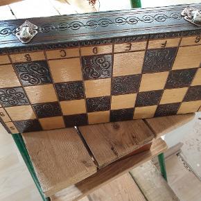 Sælger disse 2 smukke vintage skakspil. Det lille har alle brikker med pånær en enkelt sort hest.  Det store skakspil har ingen brikker med.  Ved ikke hvad brikkerne er lavet af men de er tunge.  Det lille måler ca 24,5cm Det store måler ca 39,5 cm  Sælges samlet.  Kom med bud.