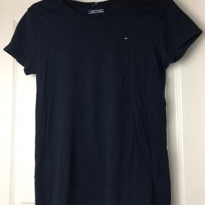 Fint Tommy Hilfiger bluse! Er faktisk købt i drengeafdelingen, men det kan man ikke se! Er blå med det klassiske logo🙂 Ikke fra ryger hjem!