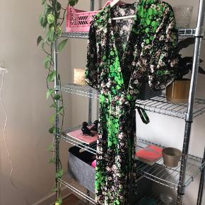 Smukkeste slå-om kjole fra & Other Stories. Er brugt få gange. Mp er 450kr