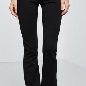 Gina tricot elastik bukser. Det er en størrelse ekstra small og trompetbukser. Længden er den mindste, den passer mig og jeg er 1,60