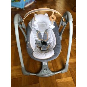 Luksuriøs skråstol. Her er kælet for detaljerne. Stolen er gennemført i bløde tekstiler. Stolen har 5 svinghastigheder, 8 melodier og 3 naturlyde.  Normal pris 1500 kr.  sælges til 650 kr. ellers BYD
