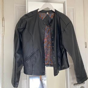 Sort jakke af ægte læder. Aldrig brugt, købt i en læderbutik i Aarhus. Mærke - ukendt. Kan passes af en L/XL