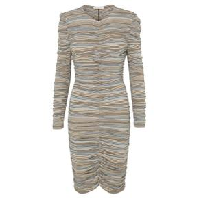Overvejer at sælge denne kjole til rette pris. Er aldrig brugt og fejler intet. Nypris 700 kr. 🌸  KOM GERNE MED REALISTISKE BUD