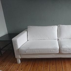 Varetype: Sofa Størrelse: Længde:205 cm Dybde:93 cm Højde:80 cm Siddedybde:56 cm Siddehøjde:45 cm Farve: Hvid,     Råhvid Oprindelig købspris: 4200 kr.  Ikea sofa. 3 1/2 pers sofa. Hvid/råhvid. Super fin stand   Pris 700 kr  Betræk i 100% bomuld. Kan maskinvaskes på 60 grader.  PÅ FOTO HAR JEG VENDT HYNDEN FORKERT I BETRÆKKET, PÅ SIDDEHYNDERNE. Normalt er der ikke en underlig kant bag stoffet...   Bredde:205 cm Dybde:93 cm Højde:80 cm Siddedybde:56 cm Siddehøjde:45 cm  Har  et sæt ekstra ben, i lyst træ. 75 kr  Har et sæt sidehynder til 75 kr. Disse kan også bruges som puder.   Ikea sælger betræk i 2 grå polyester varianter til 900kr:  https://m2.ikea.com/dk/da/p/karlstad-betraek-til-3-pers-sofa-knisa-lysegra-10323014/  Farvet betræk kan købes hos andre firmaer, feks; https://www.dekoria.dk/offer/product/335/2218/705?gclid=Cj0KCQiA3IPgBRCAARIsABb-iGIN9A9lJIqNj77QZWBO4hZhP4r17daEJcmnUg-5f6xsukXWF0oHV2MaApeZEALw_wcB   TILBYGNINGS CHAISELONG: Jeg sælger også en tilbygnings chaiselong med indstillig ryglæn. Pris 300. sofaen får da flg mål:  Bredde: 282 cm Min dybde: 94 cm Max dybde: 160 cm Højde: 80 cm Siddehøjde: 45 cm  Sofa m/u chaiselong kan afhentes på Amager, eller udbringes (pris i kbh fra 200kr), efter aftale