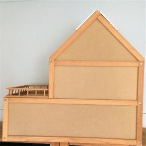 Lækkert dukkehus med det hele - både overetage og stald / garage / underetage i træ.  Fra My Home.  Robust, så det kan bruges af helt små børn fra ca. 3 år.  Grundmål ca. 32 x 70 cm. Samlet højde ca. 60 cm.  Har små brugsspor.  Evt. inkl. møbler og dukker.  Dukkehuset sælges for kun 400 kr. Inkl. dukker og møbler for kun 500 kr.  Afhentes på Frederiksberg.