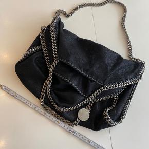 Sælger denne Stella McCartney taske mini Tote. Har kvittering og alt OG Nypris 5649 kr.