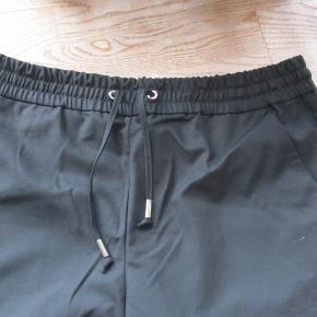 Sorte bukser fra Global Funk str L  Bukserne har et almindelig snit med vidde ben. Buksen har et elastikbånd foroven med snørebånd og sidelommer   Hel længde: Ca 88 cm  Bukserne er HELT NYE stadig med tags  Nypris 499 kr  Se også mine flere end 100 andre annoncer med bla. dame-herre-børne og fodtøj