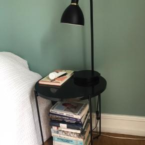 Fint lille bord til salg - her brugt som sofabord.  Bordplade i sort marmor og fire sorte bordben. Fejler intet og kan ses/afhentes på Frederiksberg :)