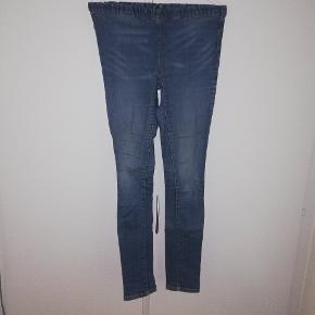 Jeans med elastik i toppen. Fra PIECES.  Mærket med str er gået i stykker, men er ret sikker på at det er en str. 34 eller 36,men man er velkommen til at komme og prøve. Tænker omkring 20 kr. 😊