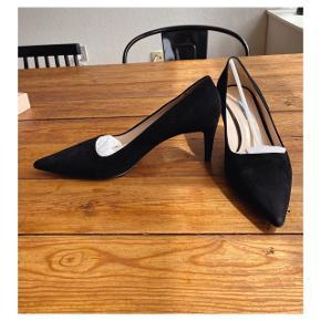Kun slid under selve sålen efter få ganges brug. Smukkeste Prada sko sælges for min mor, kun brugt få gange da de desværre er nummeret for store. Kvittering haves ikke længere, deraf prisen. Alt andet medfølger, jeg sender gerne flere billeder.
