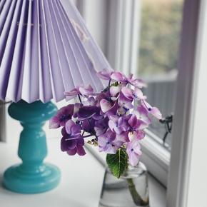 Smukkeste mundblæste opalglaslampe i turkis ( har den også i en lyseblå.)   Skærmen er fra pink rose og er håndfoldet samt håndfarvet i en fin lille farve.  Sælges med skærm inkl. lampeskærmsstativ 1300,-  Lampe uden skærm 949,-   Sender gerne 💌