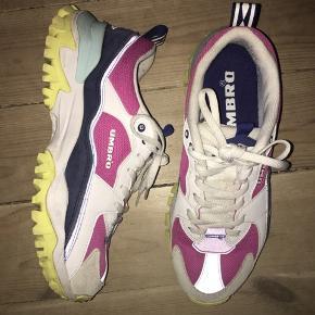 Multifarvede sneakers fra umbro i størrelse 42 - men små i størrelsen så nærmere en 41. Ved køb af flere ting kan der opnås mængderabat